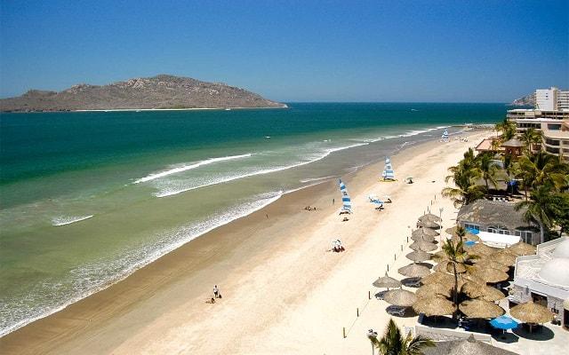 Hotel Ramada Resort Mazatlán, disfruta de la playa en la comodidad de sus instalaciones
