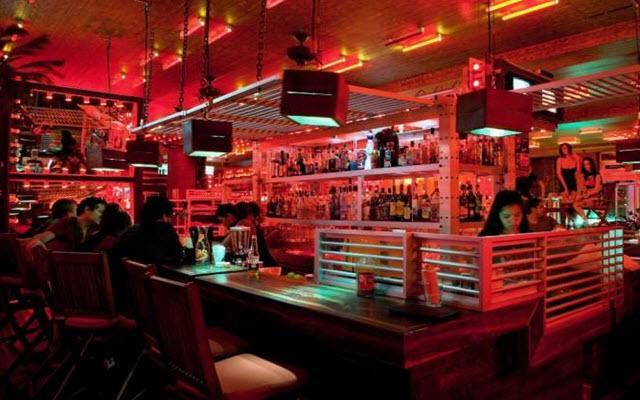 Cuenta con restaurante de especialidades y un bar
