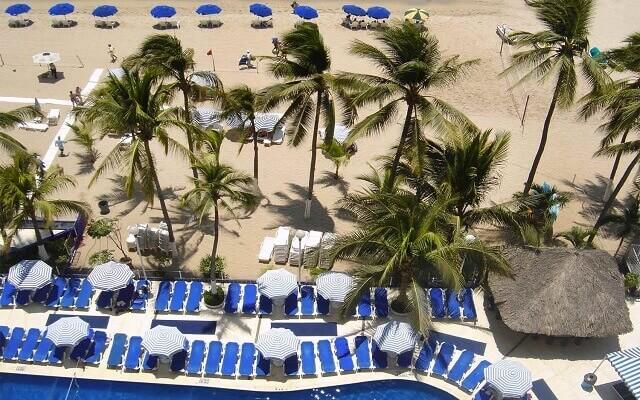 Hotel Ritz Acapulco, relájate en la comodidad de los camastros en la playa