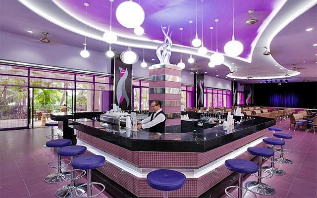 Hotel Riu Caribe, disfruta una rica bebida en el bar
