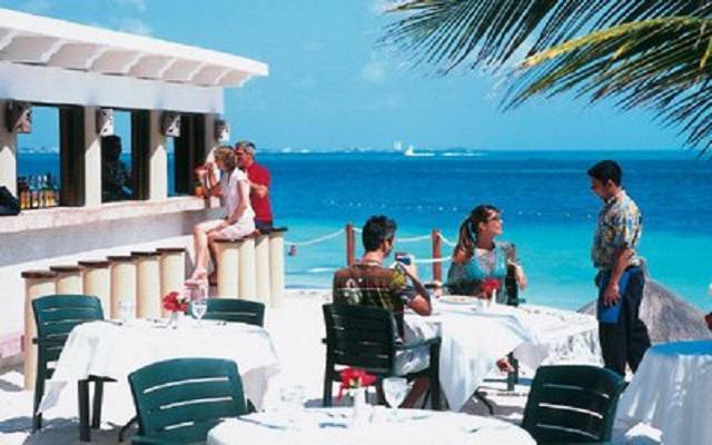 Hotel Riu Caribe, prueba una bebida en agradable compañía