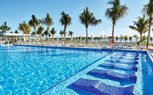 Hotel Riu Dunamar, disfruta de su alberca al aire libre