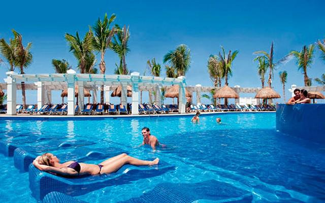 Hotel Riu Emerald Bay, disfruta de su alberca al aire libre