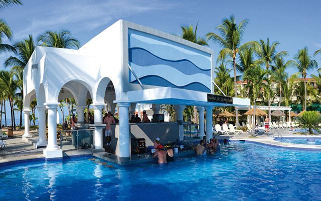 Hotel Riu Jalisco All Inclusive, refréscate con una copa del pool bar