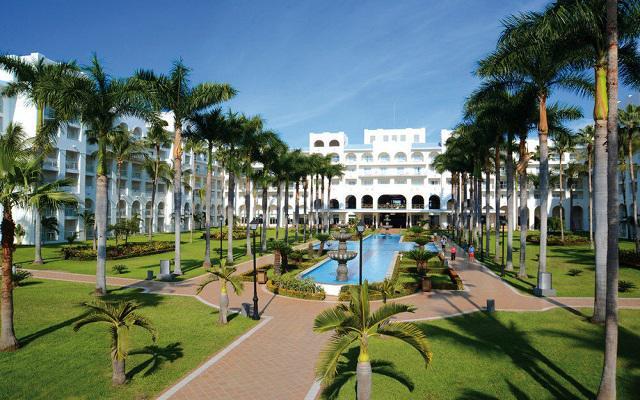Hotel Riu Jalisco All Inclusive, pasea por los jardines del hotel