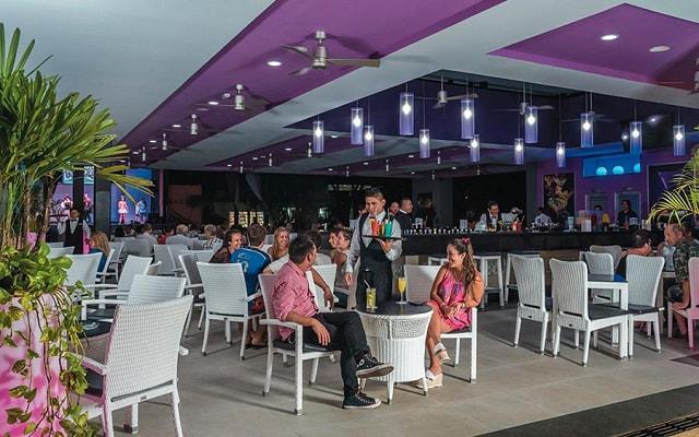 Hotel Riu Lupita, disfruta una copa en el bar