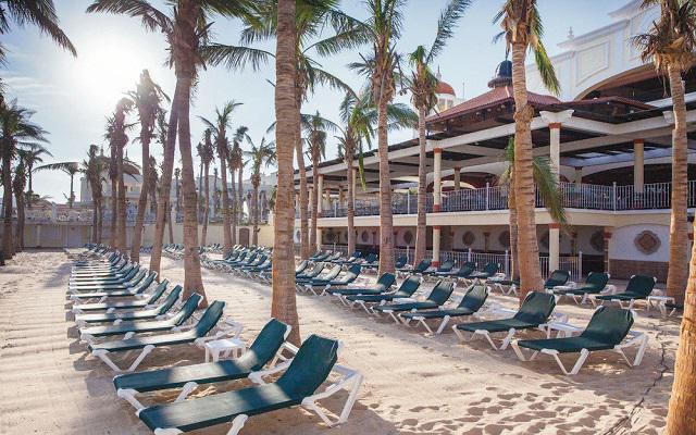 Puedes tomar el sol en los camastros de la playa