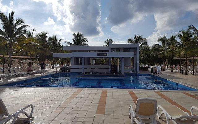 Hotel Riu Palace México, disfruta una copa en el pool bar