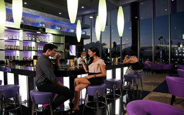 Hotel Riu Palace Península All Inclusive, deleita tu paladar con una bebida del lobby bar
