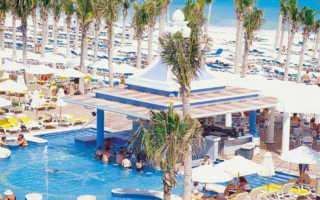 Hotel Riu Palace Riviera Maya, disfruta un rico coctel del pool bar