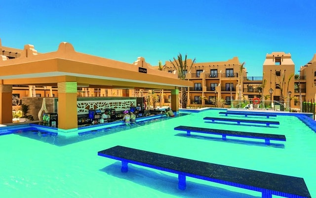 Hotel Riu Santa Fe, disfruta una copa en el pool bar