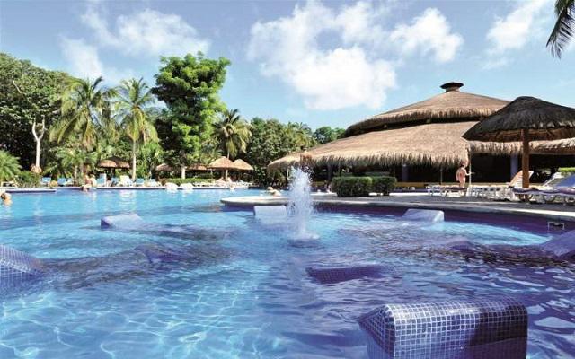 Hotel Riu Tequila, puedes degustar un rico coctel en el bar de la piscina