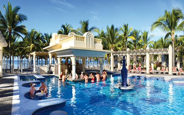 Hotel Riu Vallarta All Inclusive, deléitate con una copa del pool bar