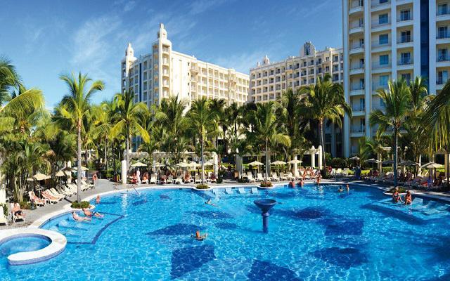Hotel Riu Vallarta All Inclusive, asoléate en espacios acondicionados para tu confort