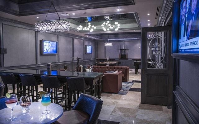 Hotel Royal Hideaway Playacar Adults Only, relájate con una copa en el bar