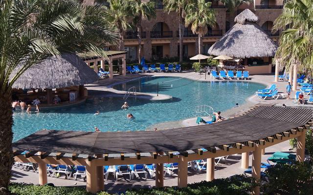Hotel Royal Solaris Los Cabos, descansa en el área de albercas