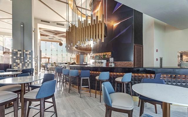 Hotel Royalton Suites Cancun Resort and Spa, disfruta una copa en el bar