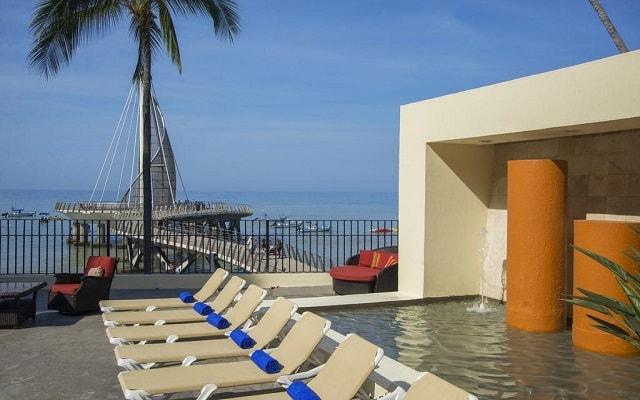 Hotel San Marino Vallarta Centro Beachfront, relájate en sus camastros
