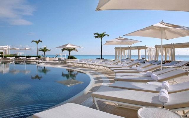 Hotel Sandos Cancún Lifestyle Resort, relájate en la comodidad de sus camastros