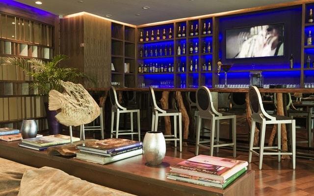 Hotel Sandos Cancún Lifestyle Resort, disfruta una copa en el bar