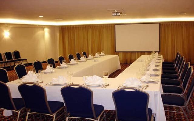 Dispone de salones para eventos sociales y empresariales.