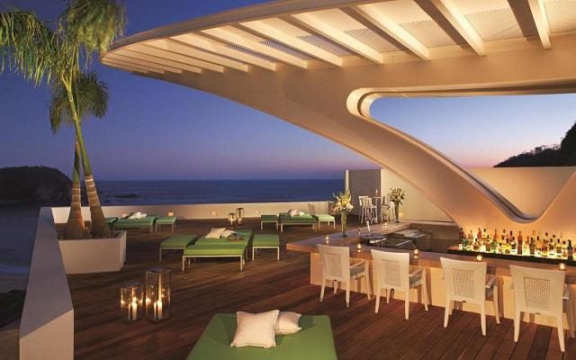 Hotel Secrets Huatulco Resort and Spa, deléitate con una copa en el bar
