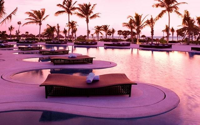 Hotel Secrets Maroma Beach Riviera Cancún, relájate en los camastros