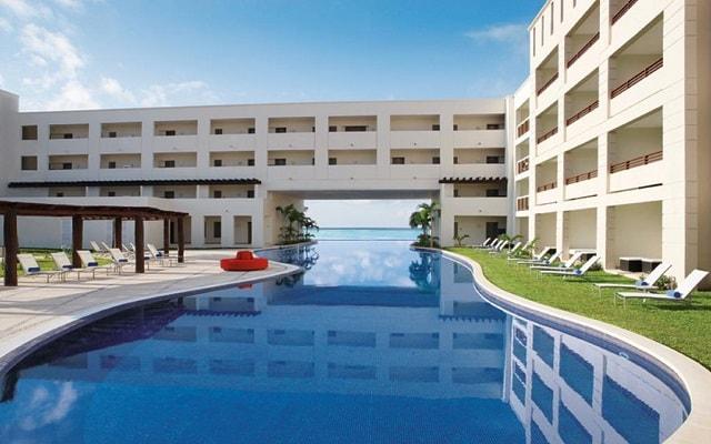 Hotel Secrets Silversands Riviera Cancún, refréscate en su alberca al aire libre