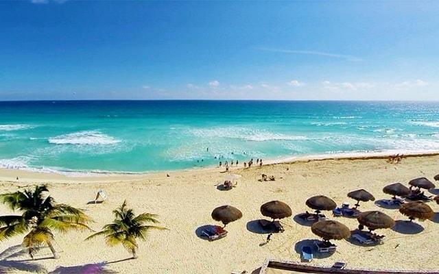 Hotel Solymar Beach Resort, palapas para que admires la belleza del mar