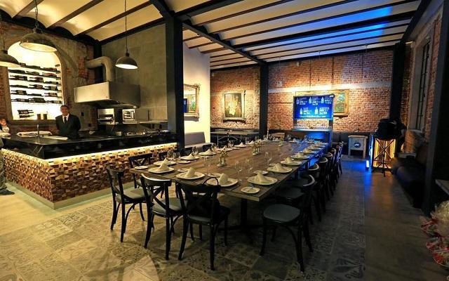 Cuenta con tres restaurantes, uno de ellos con cocina de autor