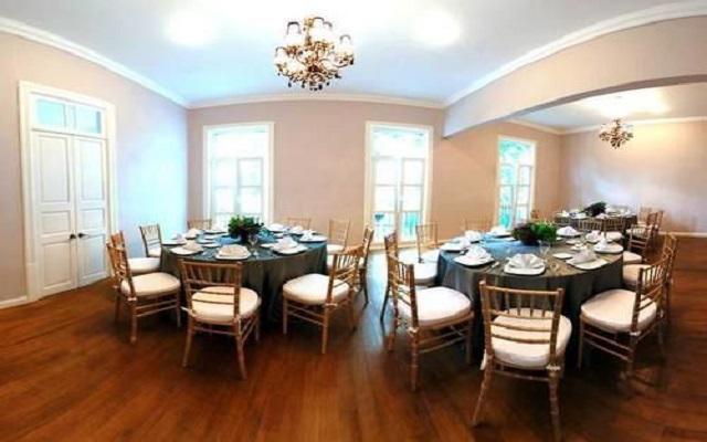 Cuenta con salones para eventos sociales y empresariales