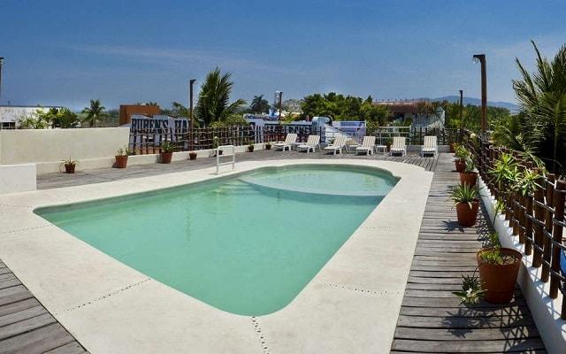 Hotel Suites Ixtapa Plaza y Centro Comercial, disfruta de su alberca al aire libre