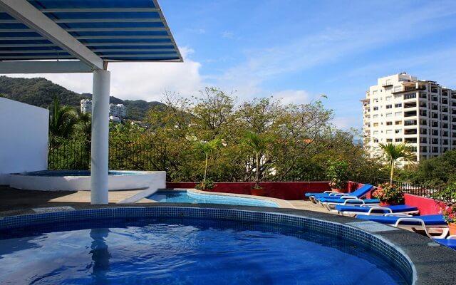 Hotel Suites Plaza del Río Vallarta Centro, disfruta de su alberca y relájate en el jacuzzi
