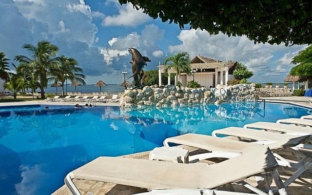 Hotel Sunset Marina Resort & Yacht Club, disfruta de su alberca al aire libre