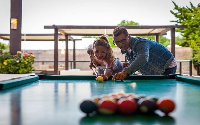 Hotel The Reef Playacar, desafía a tu pareja con un partido de billar