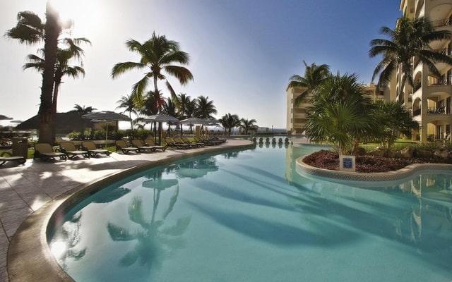 Hotel The Royal Caribbean An All Suites Resort, disfruta de su alberca al aire libre