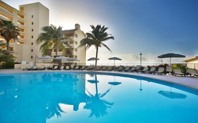 Hotel The Royal Islander An All Suites Resort, disfruta de su alberca al aire libre