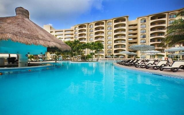 Hotel The Royal Islander An All Suites Resort, disfruta una copa en el bar de la alberca