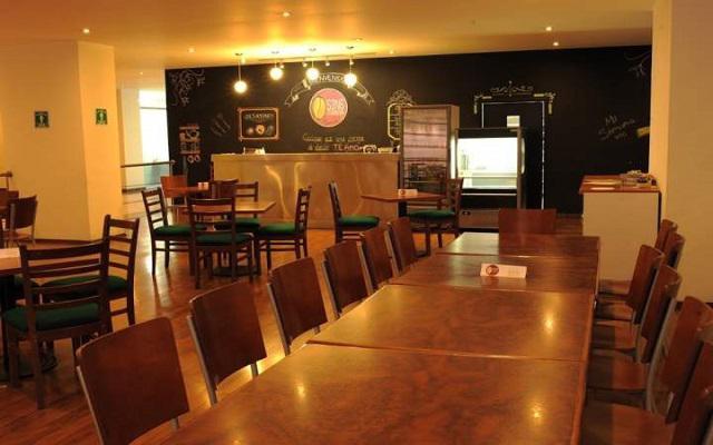 El restaurante ofrece servicio de desayuno, comidas y cenas