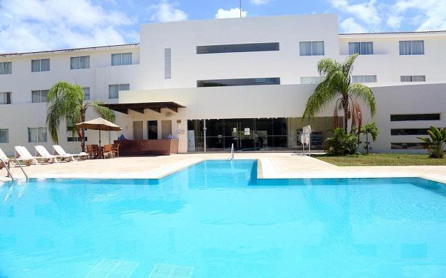 Hotel Wyndham Garden Playa del Carmen, puedes asolearte en su alberca al aire libre