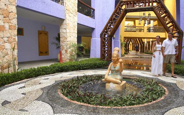 Esculturas y decoración maya en todo el hotel