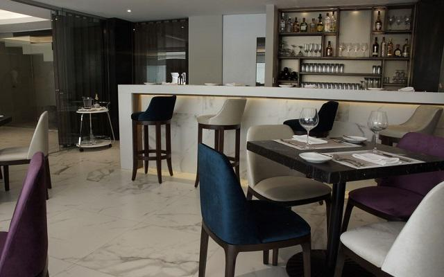 Isaaya Hotel Boutique By WTC disfruta de alguna bebida en su restaurante