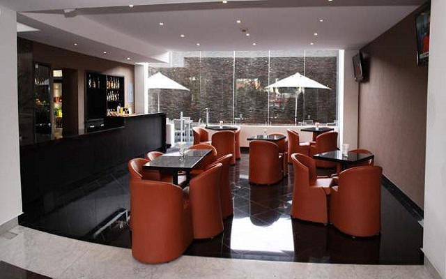 Cuenta con un bar en el área del lobby