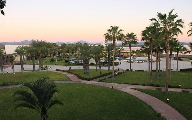 Loreto Bay Golf Resort and Spa at Baja, pasea por el jardín