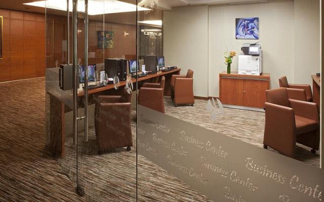 Cuenta con un completo centro de negocios disponible las 24hrs