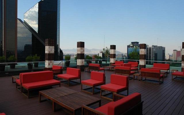 Relájate y disfruta de la vista a la ciudad en su terraza