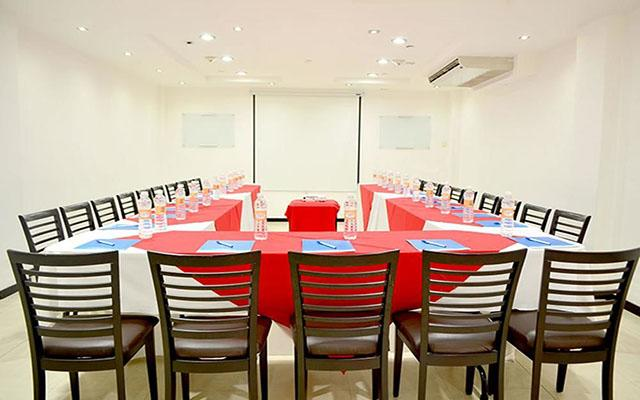 Cuenta con sala para reuniones