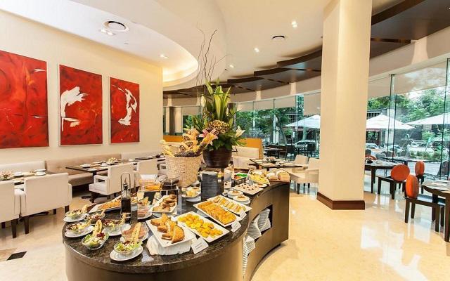 El restaurante ofrece desayuno buffet
