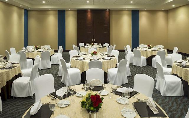 Cuenta con salones para eventos sociales o empresariales