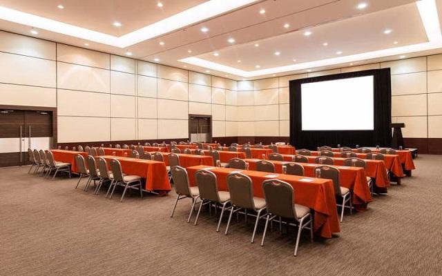 Dispone de salones para eventos empresariales y reuniones.